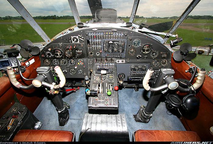 Cockpit van de An2 D-FONL